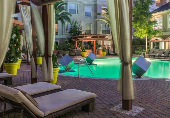 风景如画的游泳池和小屋设置在普罗维登斯上城区,休斯顿,得克萨斯州