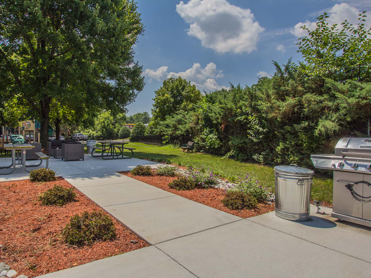 bbq and eating area outdoor at Woodlee Terrace Apartments, Woodbridge, 22192