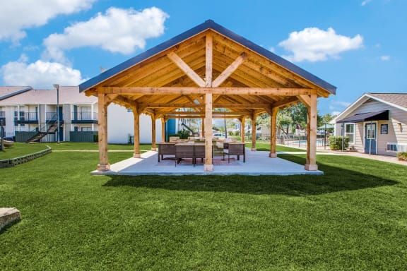 outdoor courtyard in pearland texas apartment community