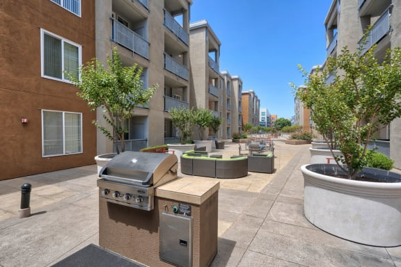 Courtyard with BBQ Area and Lush Gardens at Allegro at Jack London Square, 240 3rd Street, Oakland