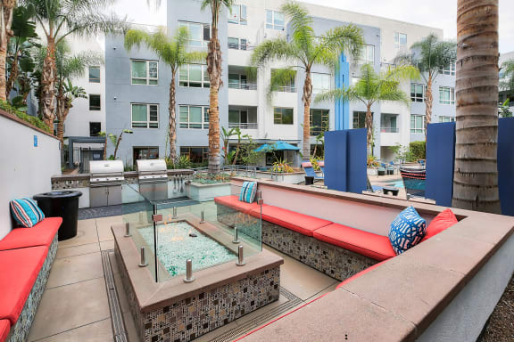 5550 Wilshire at Miracle Mile by Windsor offers a poolside lounge with a fire pit in LA 90036