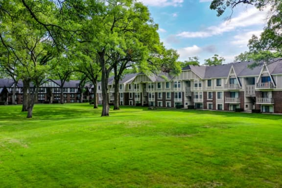 Park-like Grounds With Picnic Areas at Glen Oaks Apartments in Muskegon, MI