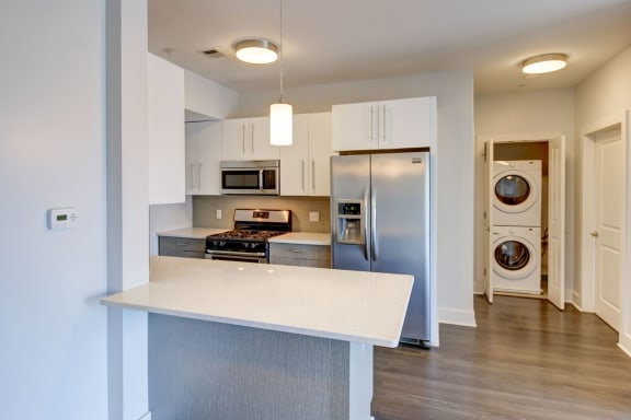 One and Two Bedroom Apartments in Charlestown MA with Washer Dryer, Bay Windows with Open-Concept Gourmet Kitchen with Breakfast Bar, & Stainless Appliances-Gatehouse 75