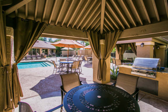 Downtown Chandler Apartments for Rent with Outdoor BBQ Grills and Picnic Table