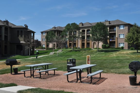Denver Pet Friendly Apartments for Rent with Year Round BBQ Picnic Area