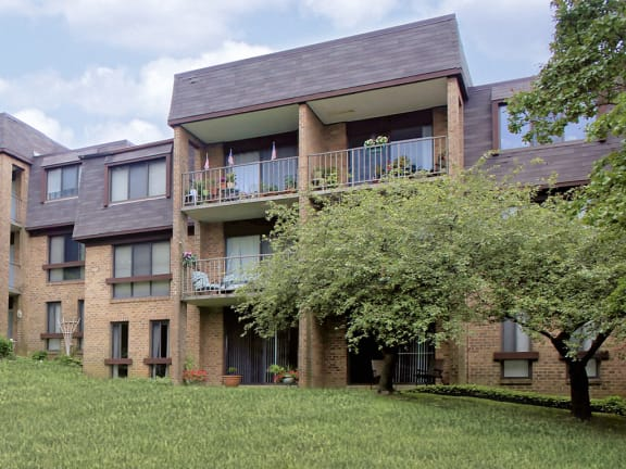 Beautifully manicured landscaping at Charlesgate Apartments in Towson MD