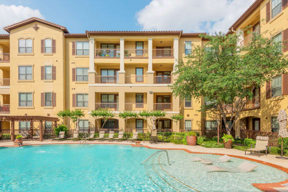 Monterra Las Colinas Apartments resort-style pool with tanning ledge