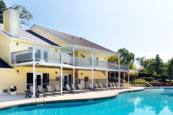 Brentwood Oaks - Poolside sundeck with Wi-Fi