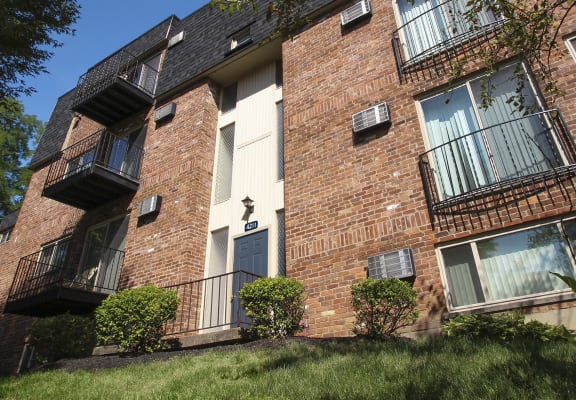 This is a picture of a building exterior at Romaine Court Apartments in Cincinnati, OH.