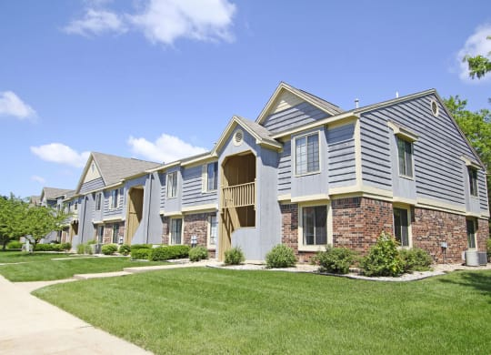 Exterior View With Architectural Details at Hampton Lakes Apartments, Walker