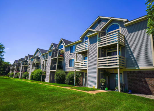 Expertly Maintained Grounds at Pine Knoll Apartments, Battle Creek