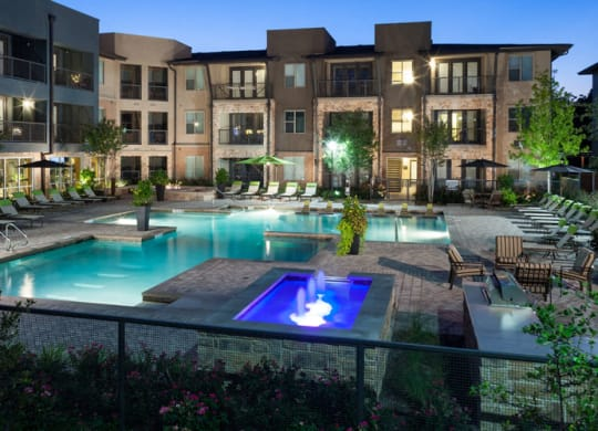 Posh Swimming Pool with Sunning Ledge and Wifi at Berkshire Medical District, Dallas