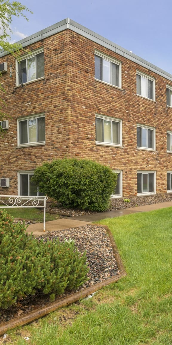 Silver Lake Apartments in New Brighton, MN Building Exterior