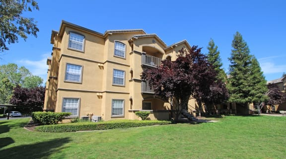 Exterior Building and grass l Oak Brook Apartments in Rancho Cordova CA