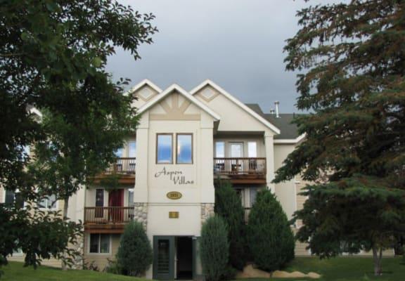 Aspen Villas Apartments Exterior Building and Trees