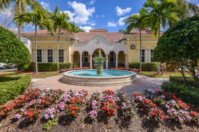 Courtyard with mature landscaping | Floresta