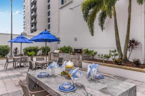 Outdoor dining area   Paramount on Lake Eola