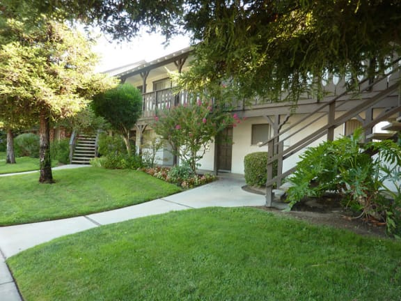 Courtyard With Green Space at Scottsmen Apartments, Clovis, 93612