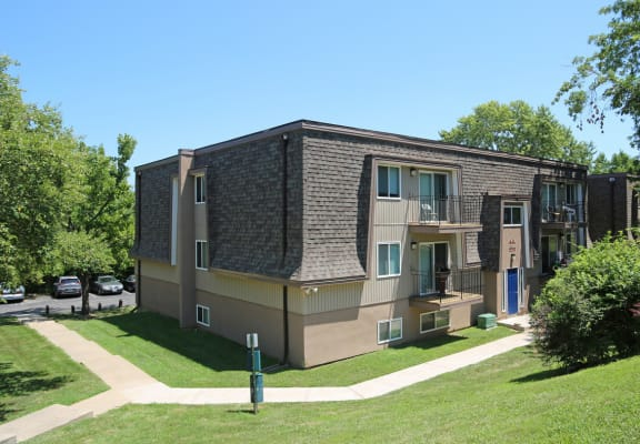 Exterior view of building and courtyard at Stone Oak Apartments in Independence, Missouri