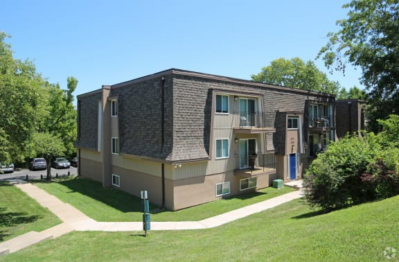 Exterior view of apartment building at Stone Oak Apartments in Independence, Missouri
