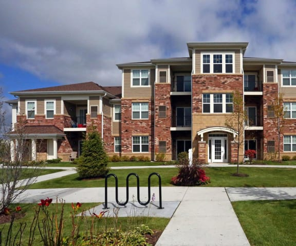 building exterior and lush landscaping at Algonquin Square in Chicago, IL 60615