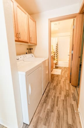 Sumner Apartments - The Retreat Apartments - Laundry and Bathroom