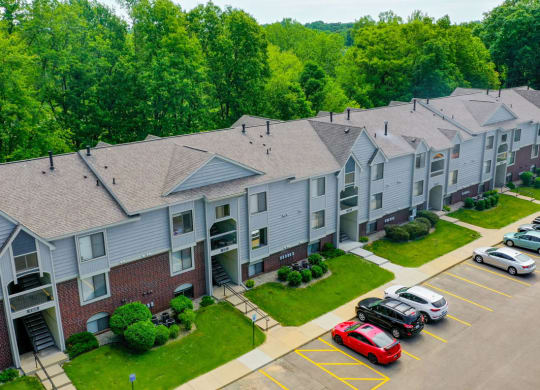 Beautifully Landscaped Lawns at Glenn Valley Apartments, Battle Creek, 49015