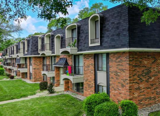 Elegant Exterior View at Glen Oaks Apartments, Muskegon