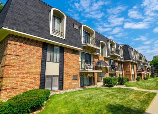 Courtyard With Green Space at Hickory Village Apartments, Mishawaka, 46545