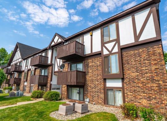 Exterior View at Hickory Village Apartments, Mishawaka, IN