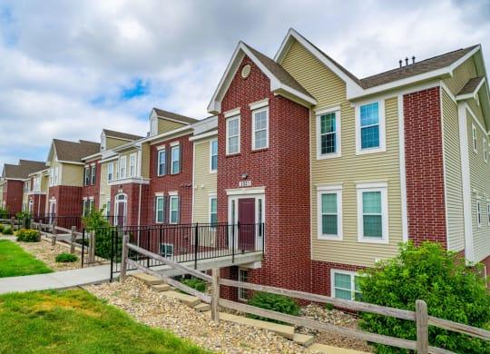 Elegant Exterior View at Lynbrook Apartment Homes and Townhomes, Elkhorn, Nebraska