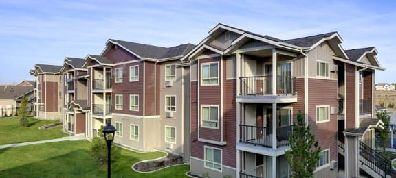 Pathway with grass to apt buildings Spokane WA 99224 l Copper River Apartments For Rent