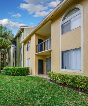 Professionally maintained grounds   Cypress Shores