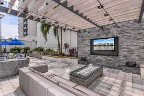 Outdoor lounge with TV | Paramount on Lake Eola