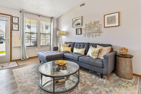 living room with sofas at Oak Run Apartment Homes, Ohio