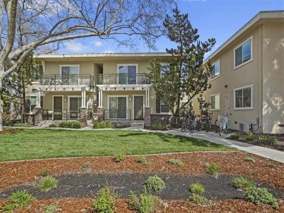 Green area at Parkside Apartments, Davis, CA, 95616