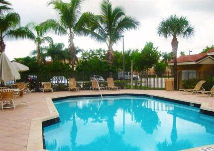 outdoor pool_Lakeside Commons Apartments West Palm Beach, FL