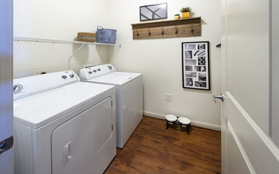Modern Laundry Room at City Lake, Houston