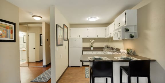 Ridgewood Arches Apartments Living Room with white countertops in Minneapolis, Minnesota