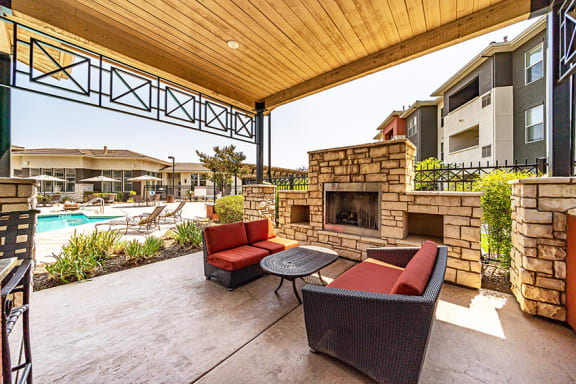 Quinn Crossing Apartments - Fireside lounge and g