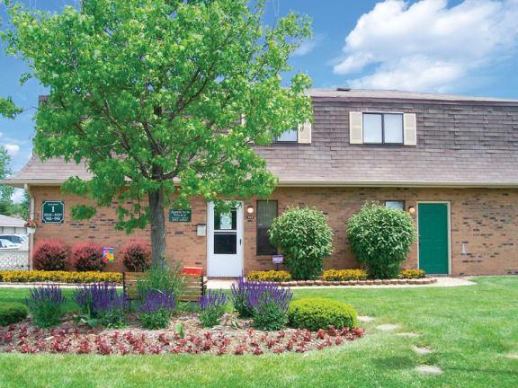 Elegant Exterior View at Abbington Village Apartments, Columbus