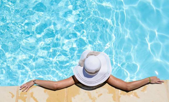 Girl in Pool with Hat Hidden Creek Apts rentals in Vacaville Ca 95687