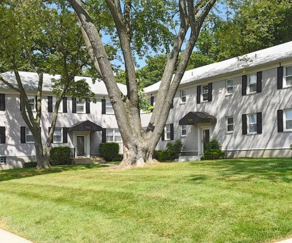 Beautifully Landscaped Grounds at Donnybrook Apartments, Towson, MD, 21286